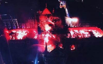 Vista aérea de Nuestra Señora de París la noche del 15 al 16 de abril de 2019